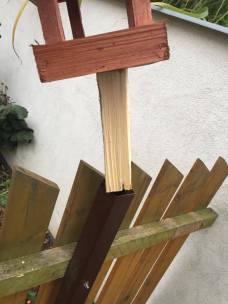 Vložte dřevo do tyče a ujistěte se, že je celý spoj stabilní