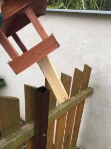 Přilepenou budku s dřevem jdeme umístit