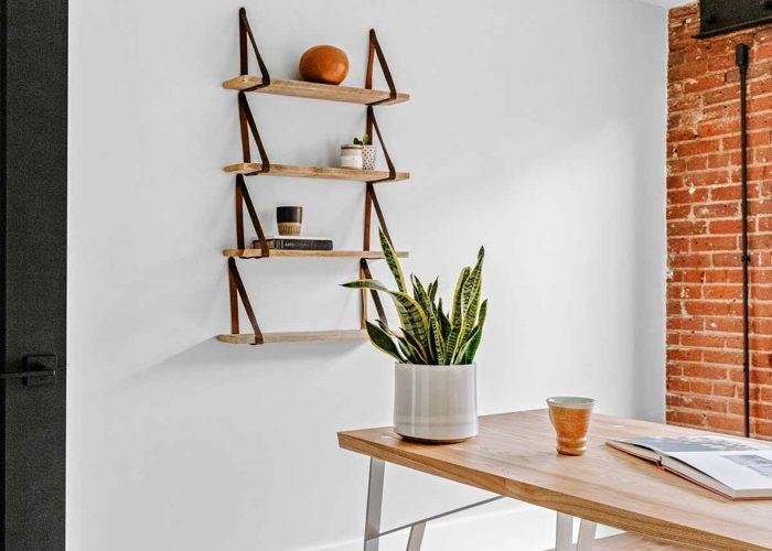 Rak Vertikal Dipadu Dinding Bata dan Meja Kayu