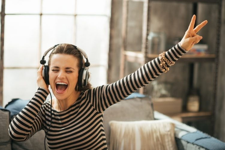 mendegarkan musik