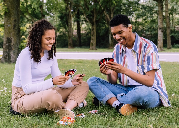 bermain kartu bersama teman