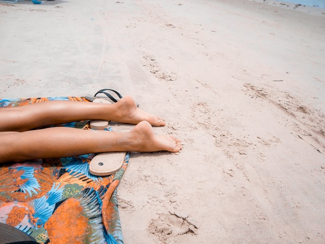 sunbathing-di-pantai