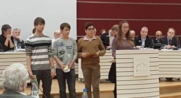 Flute Seifart (am Rednerpult) sowie Pascal Akqül (von rechts), Leon Löffler und Lars Weiershausen.