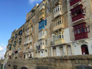 """Alla (?) byggnader på Malta är gjorda av kalksten. Den är honungsgul, vilket på grekiska heter melita, vilket sedan blev Malta. Förutom den gula färgen så tycks alla bostäder vara utrustade med samma sorts små """"punchverandor""""..."""