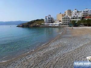 Strand in der kleinen Bucht von Kitroplatia