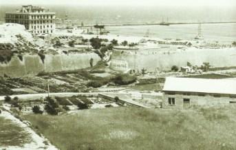 Der Hafen von Iraklion. Das große Gebäude steht immer noch, aber alles darum herum ist zwischenzeitlich vollständig zugebaut.