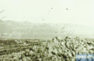 Fallschirmjäger springen über Maleme ab