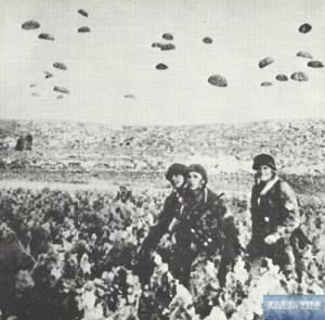 Deutsche Fallschirmjäger landen auf Kreta.