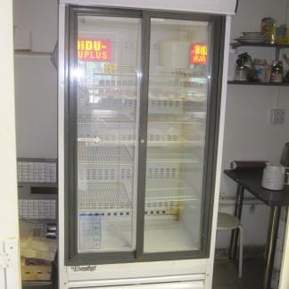 Klaasuksega külmik