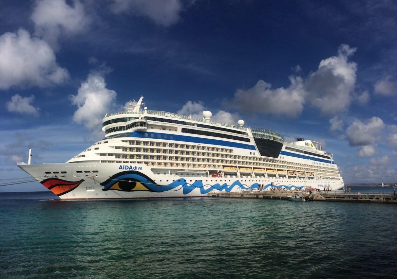 Unser Zuhause für die 14 Tage: Die AIDAdiva hier im Hafen von Bonaire.