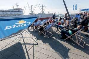 , Freie Sicht auf Elbe, Blue Port und die große Cruise-Days-Parade: Die Gäste der Costa Themeninsel auf der Elbpromenade genießen das große Spektakel in erster Reihe