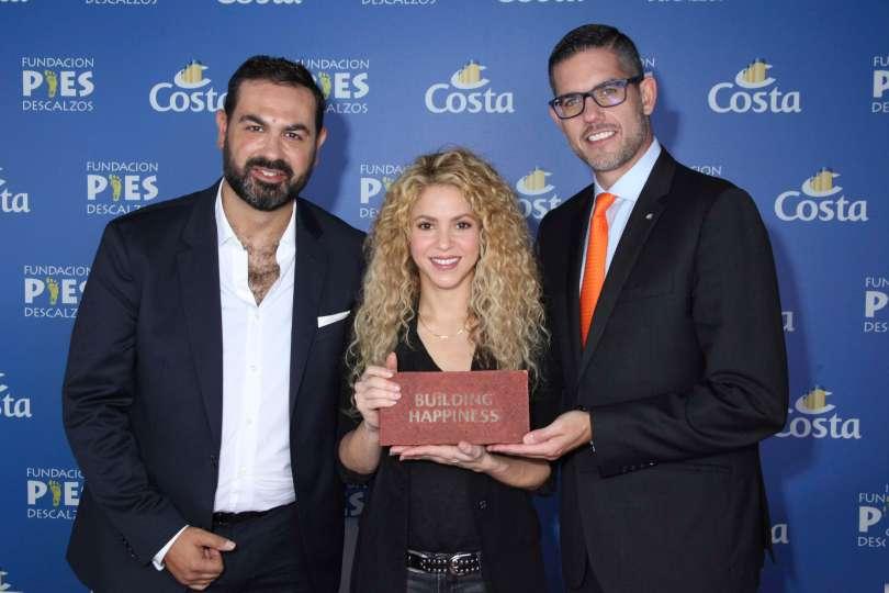Shakira übernimmt den Grundstein für ihr Schulprojekt in Kolumbien von Neil Palomba (r) Präsenident von Costa Crociere und Luca Casaura_Costa Crociere Senior Vice President Global Sta