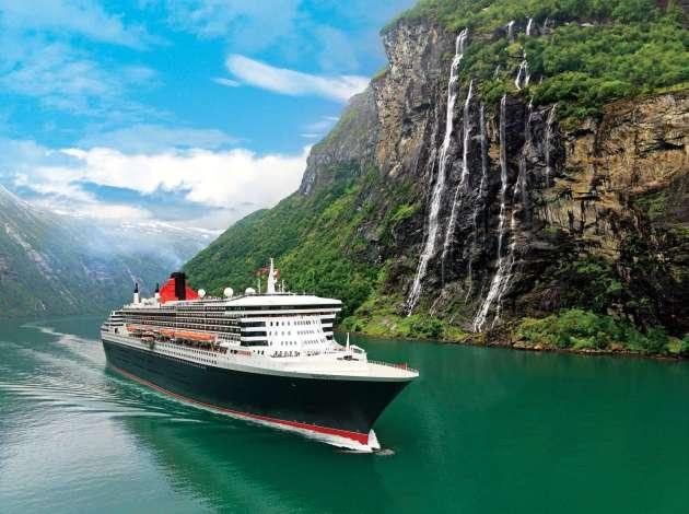 Queen Mary 2 im Geiranger Fjord, Mittelnorwegen, Norwegen