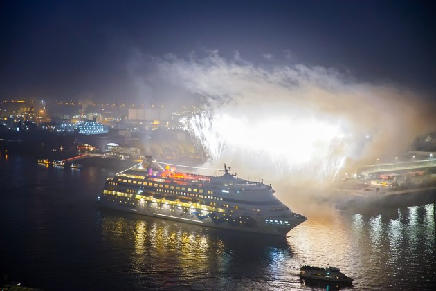 AIDAcara wird in Hamburg nach der Weltreise mit einem Feuerwerk begr%uFFFD%uFFFDt