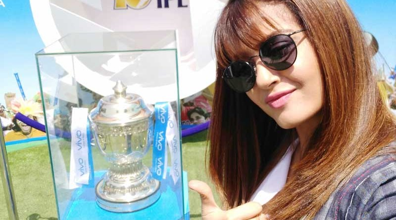 Surveen Chawla clicks a selfie with the VIVOIPL trophy