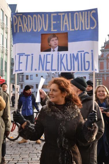 Juriste un aktīviste Ieva Brante piketā pie Rīgas domes, prasot Nila Ušakova demisiju. 14. 01.2014. | Multinews.lv