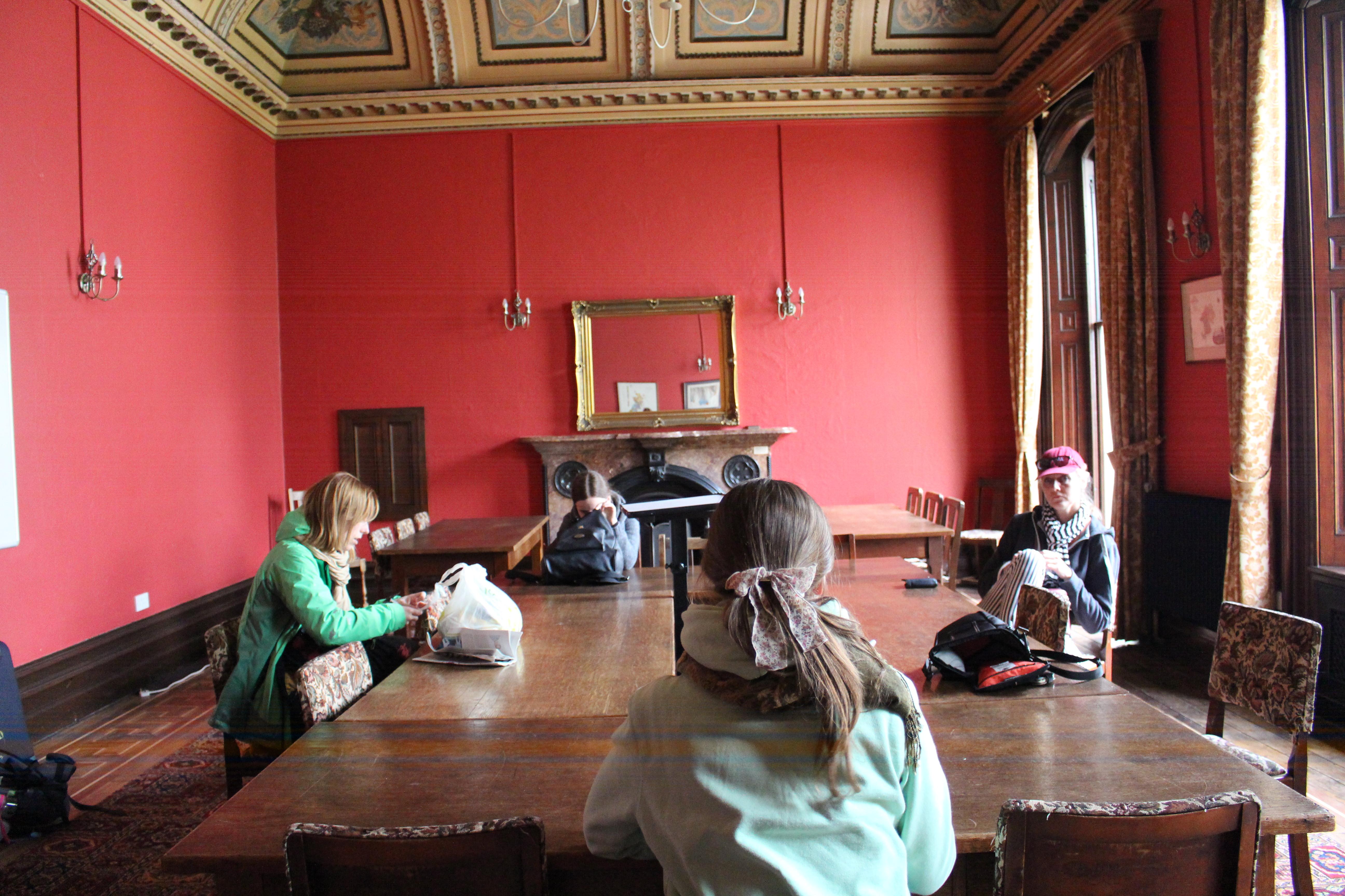 Kamīnzāle - telpa, kur mēs pulcējamies pirms un pēc visām nodarbībām, kā arī vakaros.