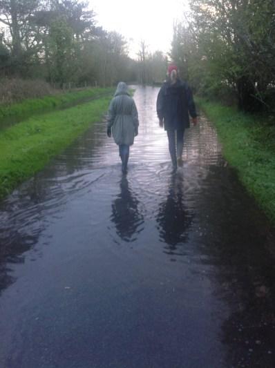 Pa dienu lijušais intensīvais lietus ir pārpludinājis ceļu...