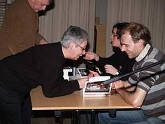 Achteraf signeerde Karel boeken. Naast hem interviewster Lise Vandecasteele.