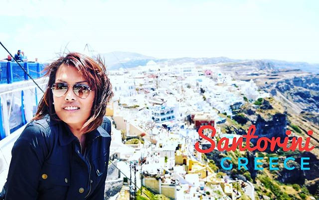 At the top of #Santorini island. Plenty of ppl but beautiful.#insta #instapic #tour #tourist #happy #PicOfTheDay #magnificientShot #Sexy #holiday #MyStory #WorldTour #vacaciones #holidayporn #relax #OnTheRoad #HappyMoments #love #enjoy #family #fun #vacation #shopping #shop #life #healthy #dream #DreamVacation  #fashion