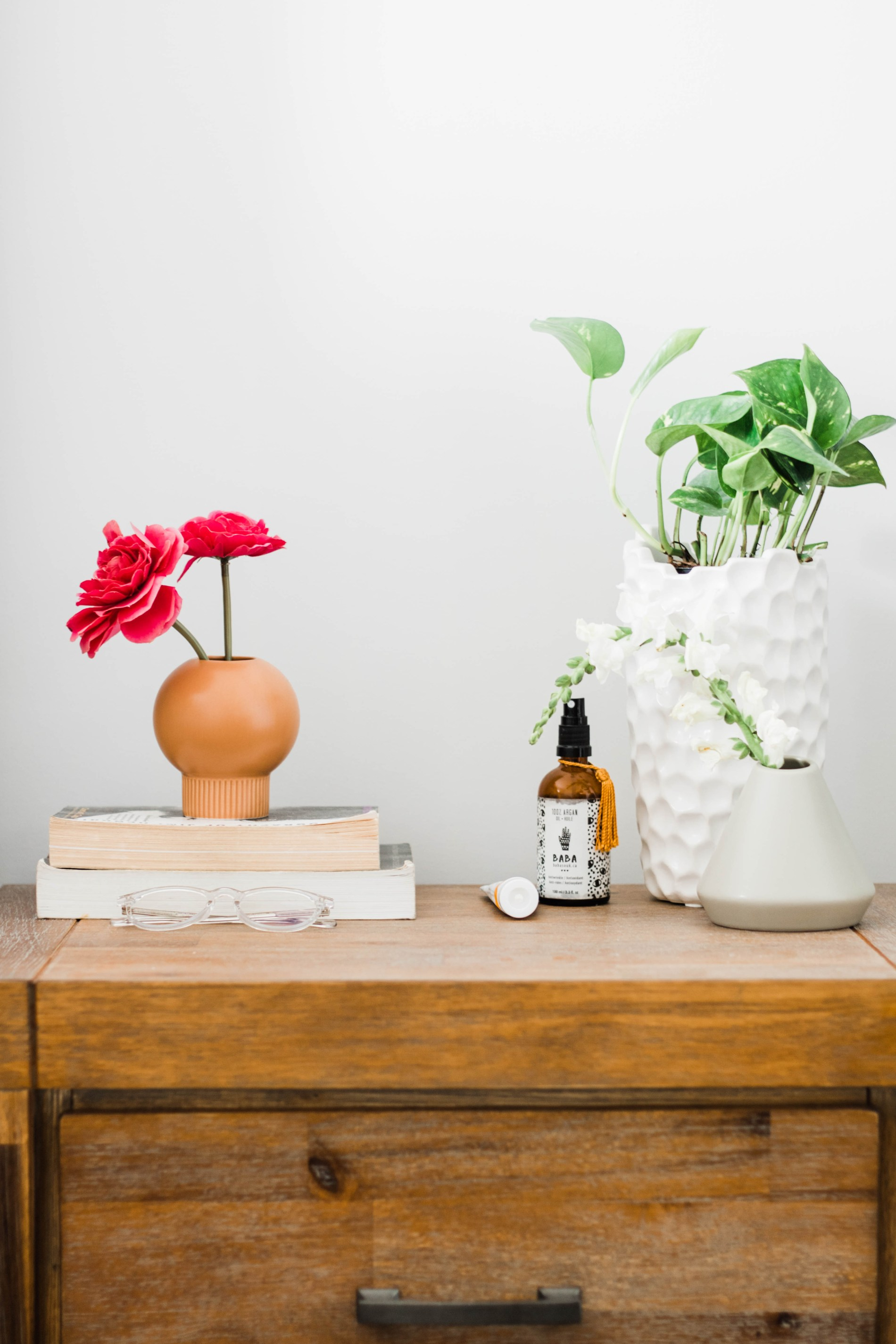 Styling a Bedside Table: A minimalist Approach #homestyle #homedecor #bedroom