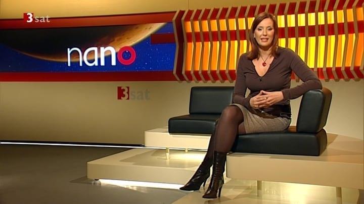 nano TV-Studio sitzend im Sessel