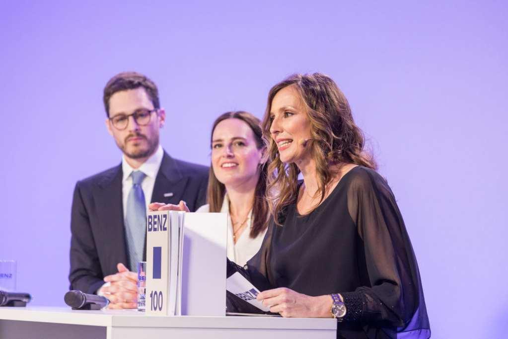 Kristina zur Mühlen moderiert Firmenjubiläum auf Bühne mit Gesprächsgästen