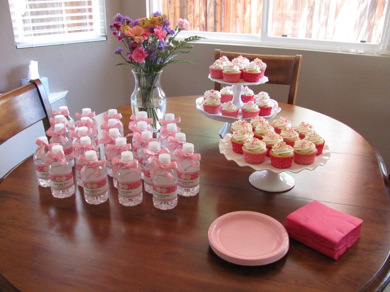 baby shower table with cupcakes and favors