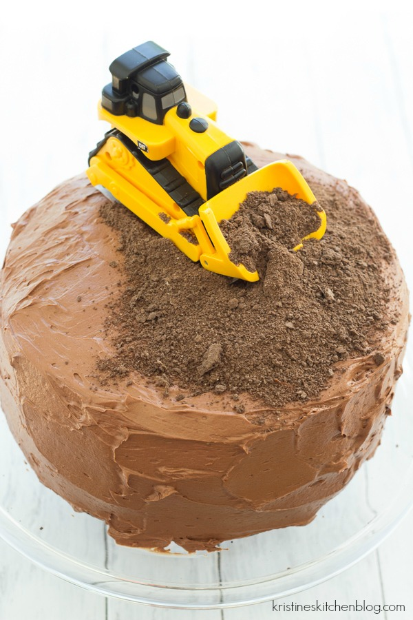 Construction Birthday Party Cake - such an easy way to decorate a cake for a construction party!