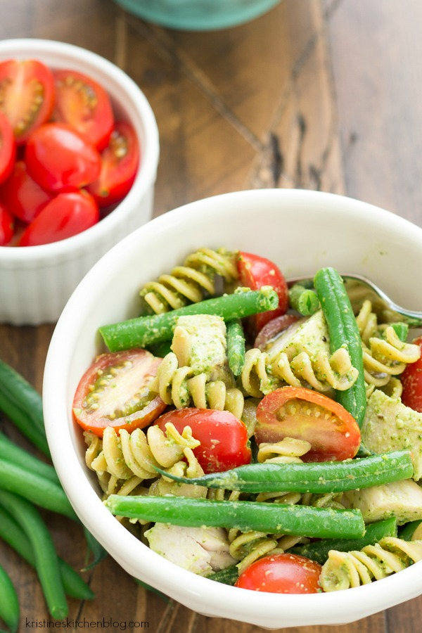 pesto pasta with tomatoes, chicken and green beans