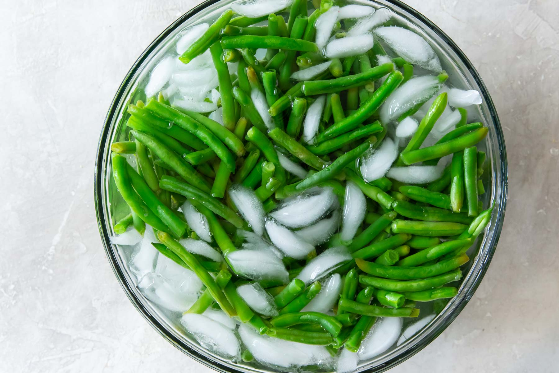 green beans in bowl of ice water