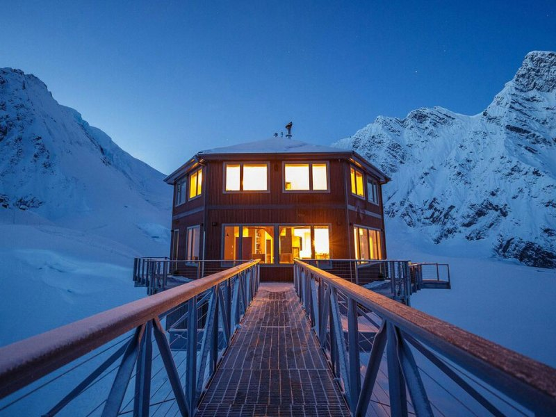Stay at Sheldon Chalet for the ultimate romantic getaway in Denali National Park, Alaska. #sheldonchalet #travelalaska #romanticgetaway