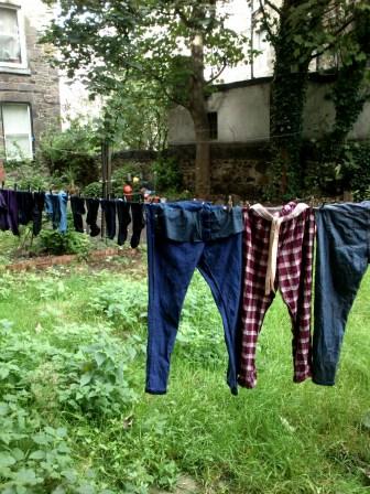 Abenteuerlustig versuche ich Wäsche in unsrem neuen Hinterhof zwischen Regen und Sturm zu trocknen