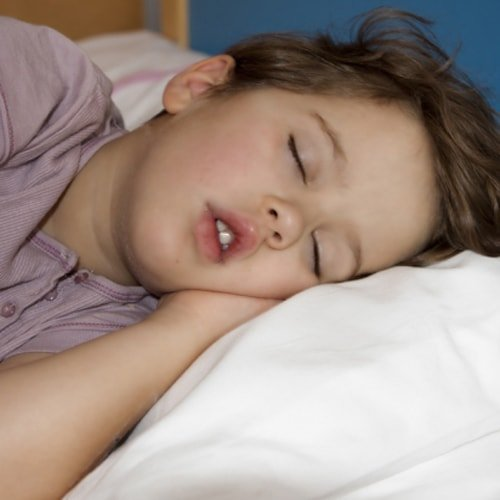 5 trucuri să-ți ajuți copilul să adoarmă mai ușor