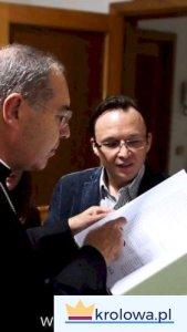 Ks. bp. Tommaso ogląda Księgę Łask