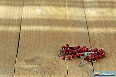 Różaniec na stole