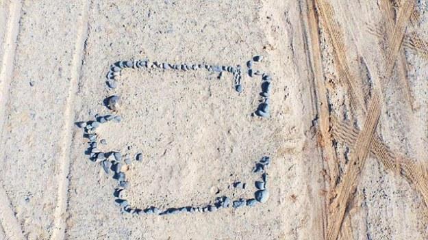 """GÉPI FORDITÁS: A kő mintái, néhány kör alakú és néhány négyzet alakúak és méretűek, 12 évvel ezelőtt a Góbi sivatagban fedeztek fel. A régészek azt állították, hogy nem egy természetes formáció, és valószínűleg az ősi nomád népek istentiszteleti helyeként hozták létre. Az északnyugati kínai Xinjiang-i Ujgur Autonóm Régész régészei azt mondták, hogy a Góbi sivatagban 12 évvel ezelőtt felfedezett több mint 200 kőkör nem természetes formáció, és valószínűleg az ősi nomád népek istentiszteleti helyszínént alakították ki. Azért tették meg a bejelentést, hogy felfedezték azt a kőfajta kőzetet, amelyet a körök elkészítéséhez nem lehet természetes módon megtalálni a Góbi sivatagban, vagyis azt szándékosan hozták be a régióba. A kő, néhány kör alakú és négyzet alakú minták alakja és mérete változó, és közel 20 ezer négyzetméter területet fedeznek fel a Flampan-hegységben ismert területen. Egy különösen nagy, mintegy 200 kövekből álló kör alakú kör alakult ki a szakértők számára, akik azt mondták, hogy a kör alakításához használt kő nem található a Góbi sivatagban. A helyi lakosok a legközelebbi Lianmuqin városban azt mondták, hogy gyerekkoruk óta nőttek fel a kőkörökben. Az egyik lakó azt mondta: """"Kétszer jártam a helyszínen, az ötvenes években megkerestem a kört, majd 15 évvel ezelőtt visszatértem, gyermekként azt mondták, hogy a kövek nem az emberek közé kerültek, hanem Természetes formáció. """" Sok más lakó ismeri a kőköröket, de egyikük sem azt állította, hogy tudja, hogy a kőzeteket miért helyezték el. A körök 2003-as hivatalos felfedezését követően régészeti ásatás után sok ember érkezett az egész országból, hogy ásni kezdjen a körökben és azon kívül, abban a reményben, hogy eltemetett kincseket talál a föld alatti sírokban. A helyszínre való fokozott figyelem eredményeként a helyi Kulturális Relikviák Hivatal 2013-ban lezárta a területet. Lyu Enguo nevű helyi régész (47) azt mondta, hogy a talajból ítélve nem volt sír a kőkörök alatt, hozzátéve, hogy a sírok általában t"""