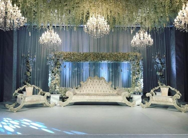 Luxurise asiatische Hochzeit mit Kronleuchtern und Blumen