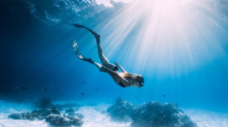 Beneficios de practicar deporte bajo el agua | Kronosports