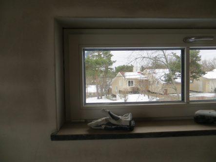 I det huset på andra sidan bor våra snälla grannar Åke och Eva.. Bilden är tagen i Brita och Bengts sovrum.