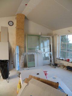 Här står fönstret som snart kommer på plats.