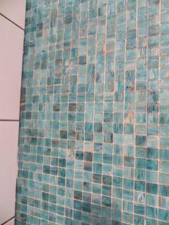 Här ser duschväggen med det härliga mosaiken.