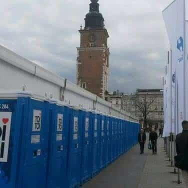 24 kwietnia. Toalety dla uczestników maratonu biegowego.
