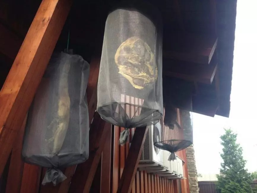 Mosquito net cocoon to protect the product from flies, wasps and other insects
