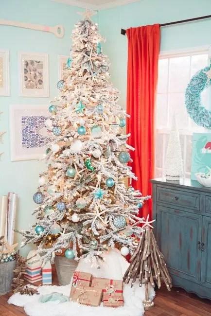 Havmotivene på juletreet er også relevante. Du kan ordne et tre ved hjelp av skjell, marine stjerner og turkise baller