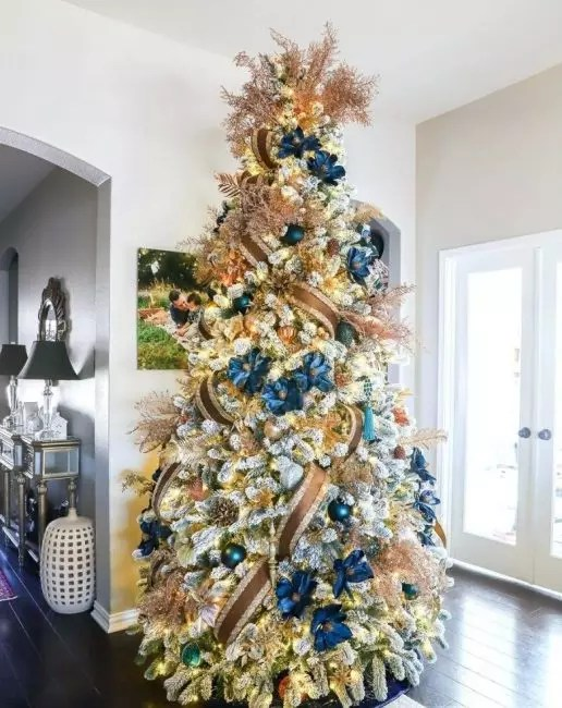 4 Royal Christmas Tree i et blått gullområde, hvor vekten ikke er på leker, men på farger og bånd