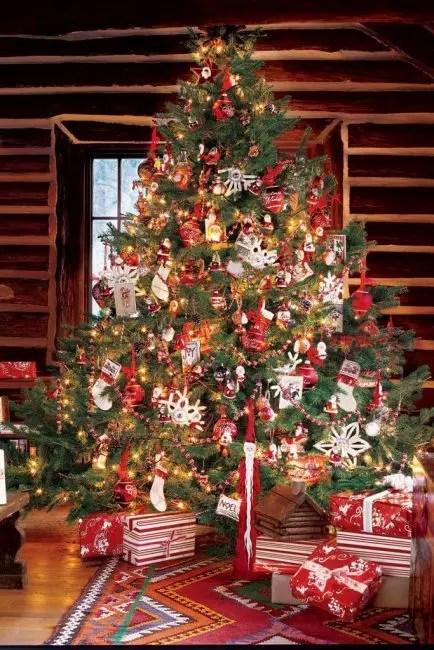 Det minste juletreet i den hvite rød gamma, hvor alle tradisjonelle dekorasjoner samles: Santa, Strømper og leker