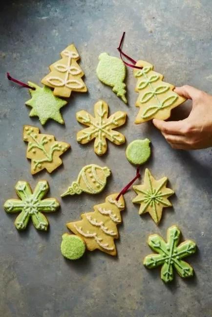 Gingerbread evästeet ovat klassisia sisustusta joulua ja uutta vuotta. Se tehdään, käyttäen erityisiä lomakkeita ja sokerinjauhetta väriaineilla. Tällainen sisustus on erityisen tervetullut lapset
