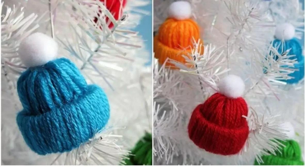 Korkki, jossa Pompon on yksinkertainen, mutta erittäin kodikas ornamentti. Sen valmistukseen tarvitset lankaa, pomponia ja liimaa