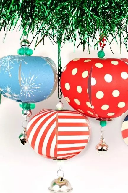From paper for handmade, wire, thread and beads, such volumetric decorations can be made. The brighter paper - the better